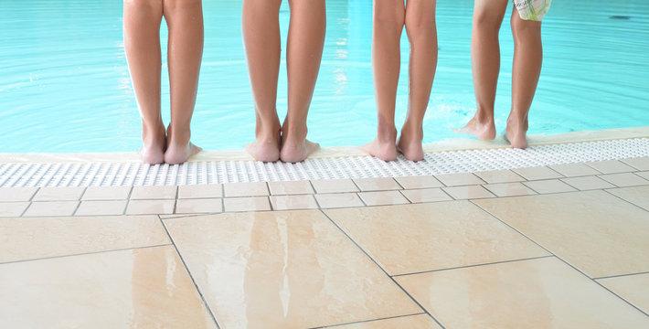 Kinderfüße am Pool