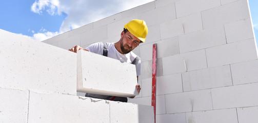 Maurer auf einer Baustelle - Neubau eines Einfamilienhauses