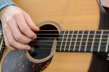 Gitarre zupfen - Detailaufnahme