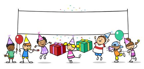 Kinder feiern Geburtstag mit Banner