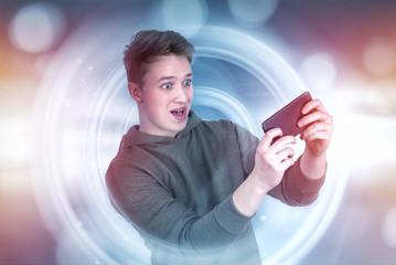 Junge spielt mit Smartphone