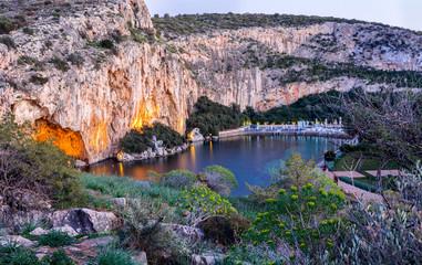 See in Vouliagmeni, südlich von Athen nach Sonnenuntergang