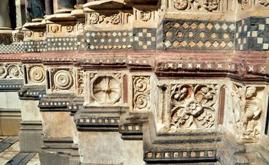 Steinrelief in der Kathedrale San Lorenzo von Genua