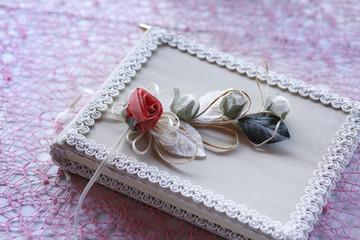 Bella composizione floreale dentro una cornice chiara su un tavolo con tovaglia a rete lilla