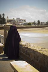 Zwei Frauen mit Burka am Meer