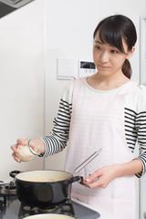 料理する若い女性
