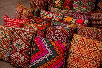 Bunte Kissen auf dem Basar in Marrakesh