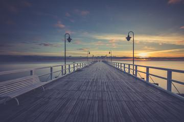 Bajeczny, kolorowy wschód słońca nad molem w Orłowie, Gdynia Polska