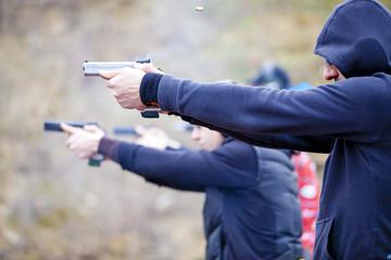 Arme de poing braquée et tir