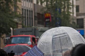 Durchsichtiger Regenschirm auf der Strasse