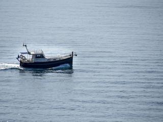 Barco de pesca en el mar Mediterráneo