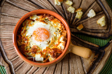 Fond de hotte en verre imprimé Ouf eggs baked with vegetables and crackers