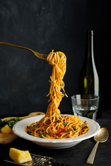 Pasta with fresh tomatoes and herbs