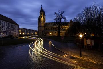 Lichtspuren fahrender Autos an der Klosterkirche in Magdeburg bei Nacht