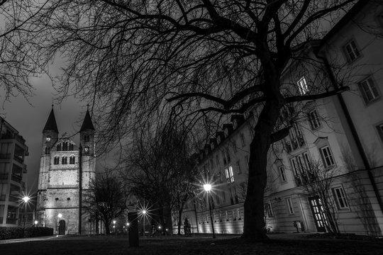 Klosterkirche in Magdeburg bei Nacht (schwarzweiß)