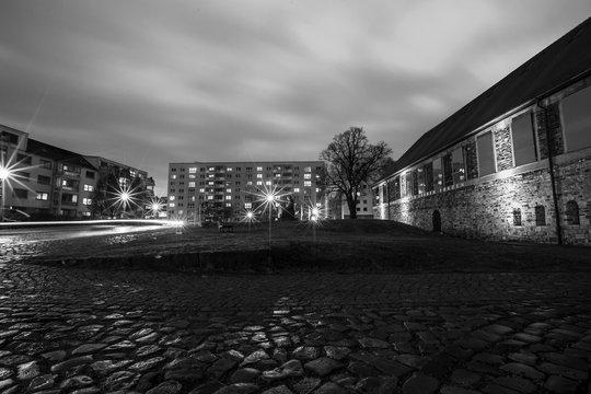 Platz vor dem Kloster in Magdeburg (schwarzweiss)