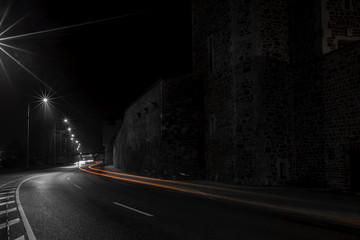 Lichtspuren vorbeiziehender Autos am Schleinufer an der Elbe in Magdeburg bei Nacht