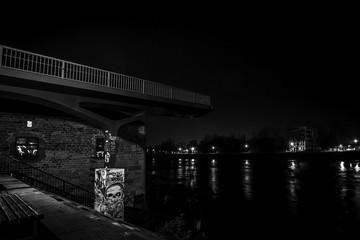 Rest einer abgerissenen Brücke in Magdeburg bei Nacht (schwarzweiss)