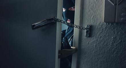 Einbrecher knackt Wohnungstüre mit Türkette