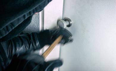 Einbrecher öffnet Wohnungstüre