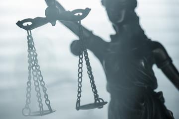 Justitia im nebel der Gerechtigkeit
