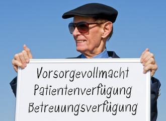 Rentner mit Schild - Vorsorgevollmacht, Patientenverfügung, Betreuungsverfügung