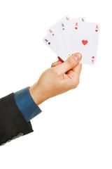 Hand hält vier Asse beim Poker
