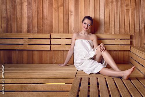 junge frau in einer sauna zdj stockowych i obraz w royalty free w obraz 137763042. Black Bedroom Furniture Sets. Home Design Ideas