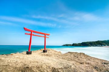 Rotes Torii in Shimoda, Japan