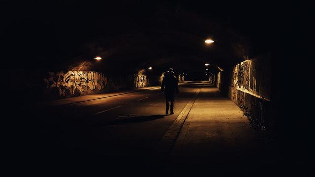 Nachts allein in der Unterführung