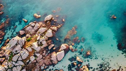 Felsen am Meer/Luftaufnahme einer Küstenlandschaft