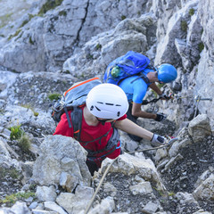 Aufstieg am Stahlseil im Klettersteig