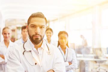 Team mit Arzt und Krankenschwester im Krankenhaus