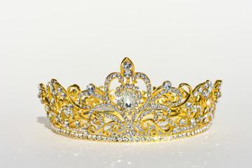 Königliches Diadem Tiara auf hellem Hintergrund im Sonnenlicht Hochzeit Adel Märchen oder Prinzessin
