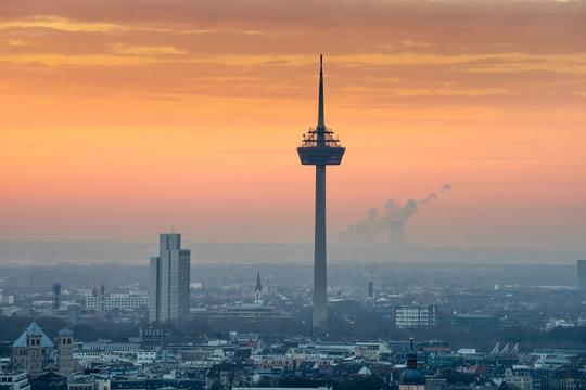 Fernsehturm Köln bei Sonnenuntergang