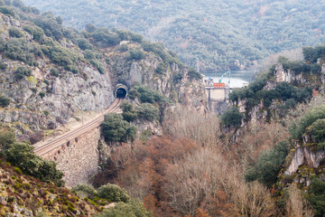 Vías del tren y Presa del Embalse de Montearenas. Senda de los Canteros, El Bierzo.