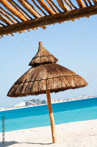 parasol en paille sur une plage de r ve photo libre de droits sur la banque d 39 images fotolia. Black Bedroom Furniture Sets. Home Design Ideas