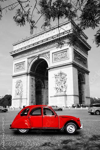 arc de triomphe mit auto in paris zdj stockowych i obraz w royalty free w. Black Bedroom Furniture Sets. Home Design Ideas