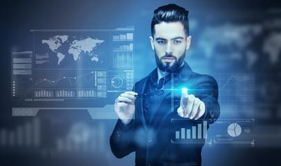 Portrait d'un jeune Homme d'affaire touchant un écran virtuel