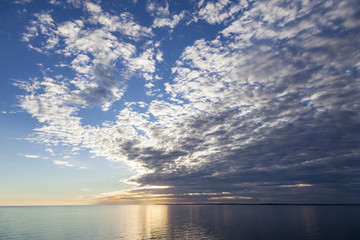 Wolkenformation über der ruhigen Ostsee