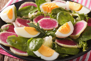 Photo sur Aluminium Fruits Salad with radishes, eggs, spinach and lettuce mix close-up. horizontal