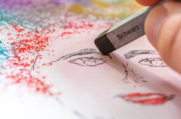 Maler zeichnet eines Frau im Portrait