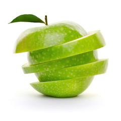 Grüner Apfel gestapelt in Scheiben isoliert Freisteller