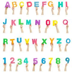 Hände halten bunte Buchstaben und Zahlen Alphabet - freigestellt