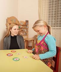 Logopädin mit kleinem Mädchen bei der Therapie