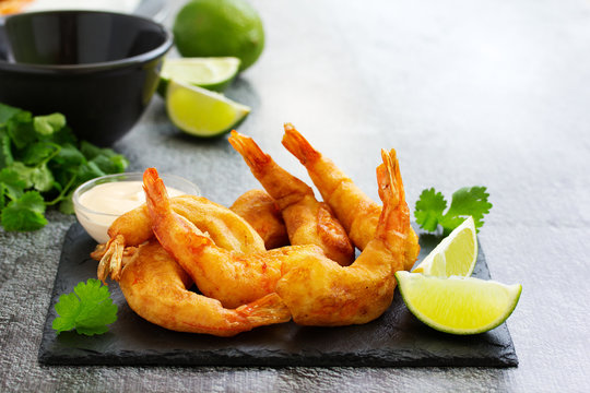 Shrimp fried in batter with sauce.