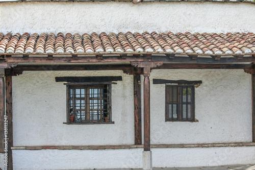 Fachada con tejado de tejas y ventanas de hierro madera - Tejados de cristal ...