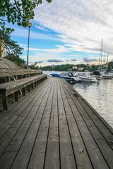 Pasarela en puerto de barcos en Estocolmo