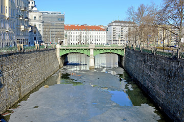 Radetzkybrücke mit teilweise zugefrorenem Wienfluss