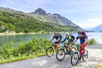 Radsportler am Silsersee im Oberengadin
